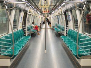 電車内は清潔で綺麗です。日本程では無いですが本数も多く安全です。