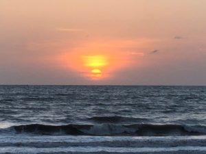 ビーチから見える夕日です