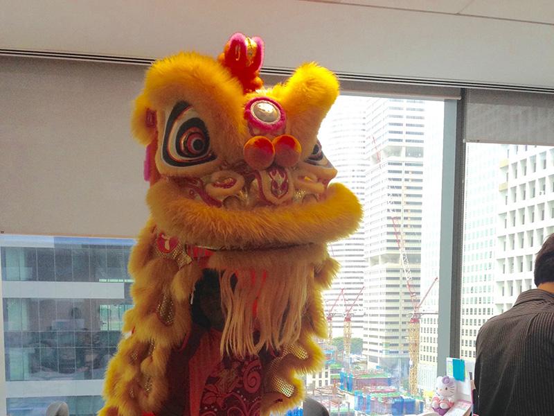オフィスにいきなり獅子舞が現れても驚かない