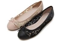 生足にこんな靴をはいています