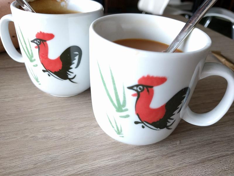 練乳が入る東南アジアのコーヒー。スプーンが添えられていることが多いです。