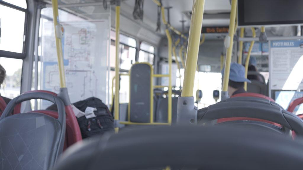 空港からのバス。シンガポールのバスと同じようなデザインでした。