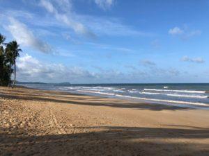 砂は褐色ですか極めが細かくて裸足で歩くと気持ち良かったですよー