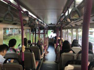 毎朝の通勤バス内の光景です。混雑はなく毎朝座れます。